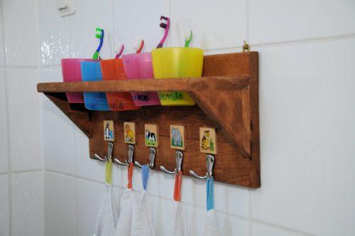 Zahnputzbecher und Handtücher mit persönlichem Erkennungszeichen